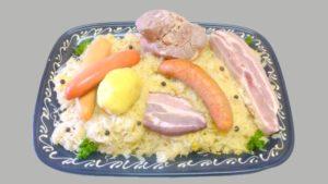 Plat de choucroute alsacienne royale avec saucisses, petit salé et jarrotin