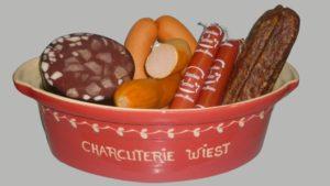 assortiement de charcuterie alsacienne : boudin à la langue, saucisse de foie, gendarmes, saucisse de viande et saucisse à tartiner