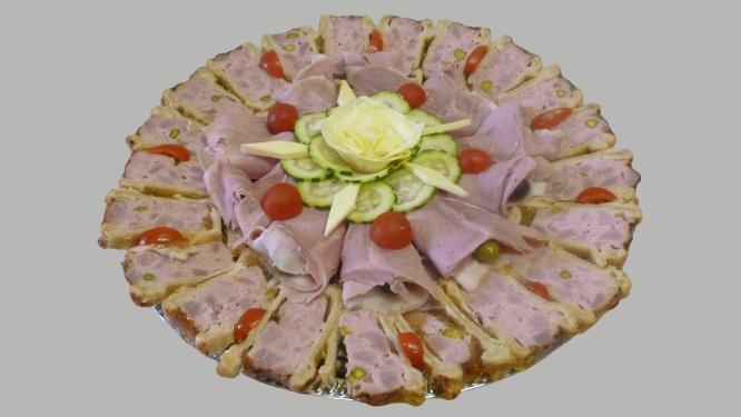 plat présenté pour un buffet : pâté en croûte et chiffonnade de jambon