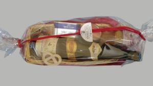 Corbeille en osier de foie gras, chutney et vin