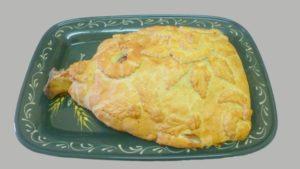Gros jambon en croûte présenté sur plat