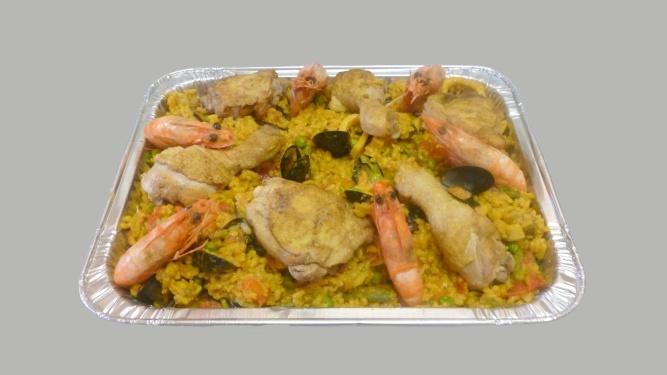 plat de paella aux gambas et poulet