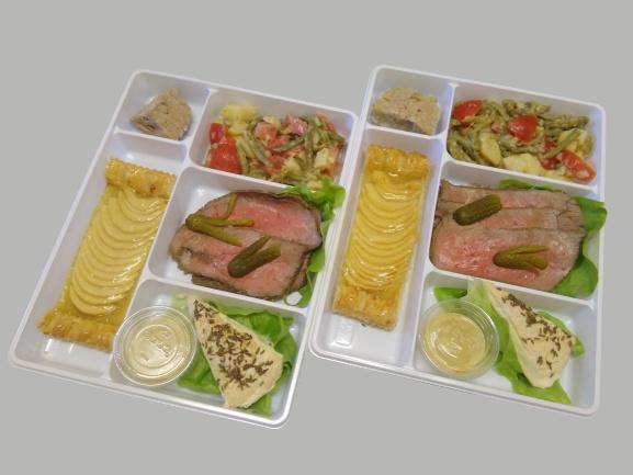 plateau repas avec rillettes, rosbif, salade composée, munster et tartelette aux pommes maison