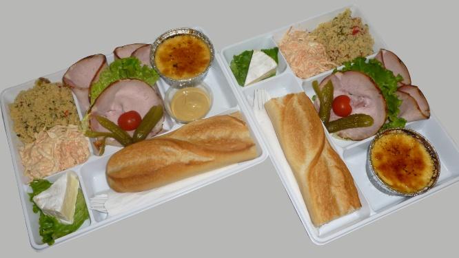 plateau repas avec rôti de porc cuit et hors d'oeuvre, camembert et crème brûlée maison