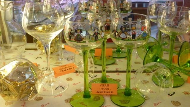 verres à vin à pied vert au décor hansi