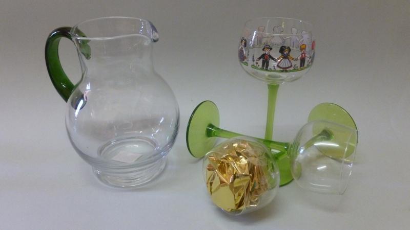 verres à vin d'Alsace avec leur pied vert et carafe assortie