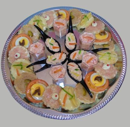 plat de canapés et cuillères assorties