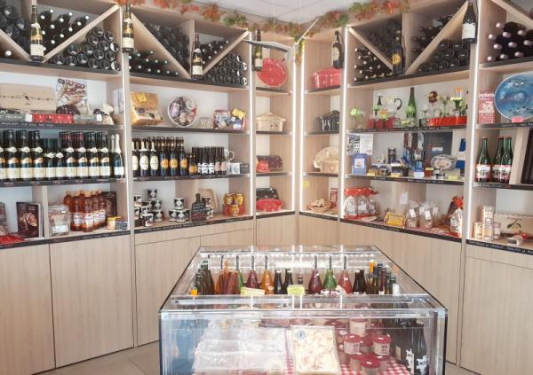 photo du magasin côté boissons, poterie, épicerie...