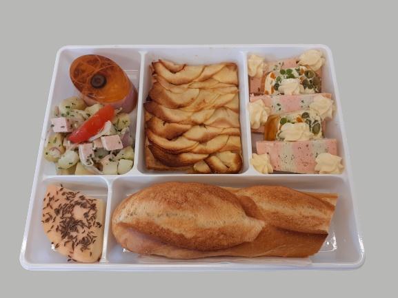 plateau repas avec poisson, salade composé, oeuf en gelée, munster et tarte fine aux pommes maison